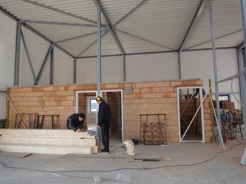 Aanbouw van o.a. de wachtruuimte voor klanten.