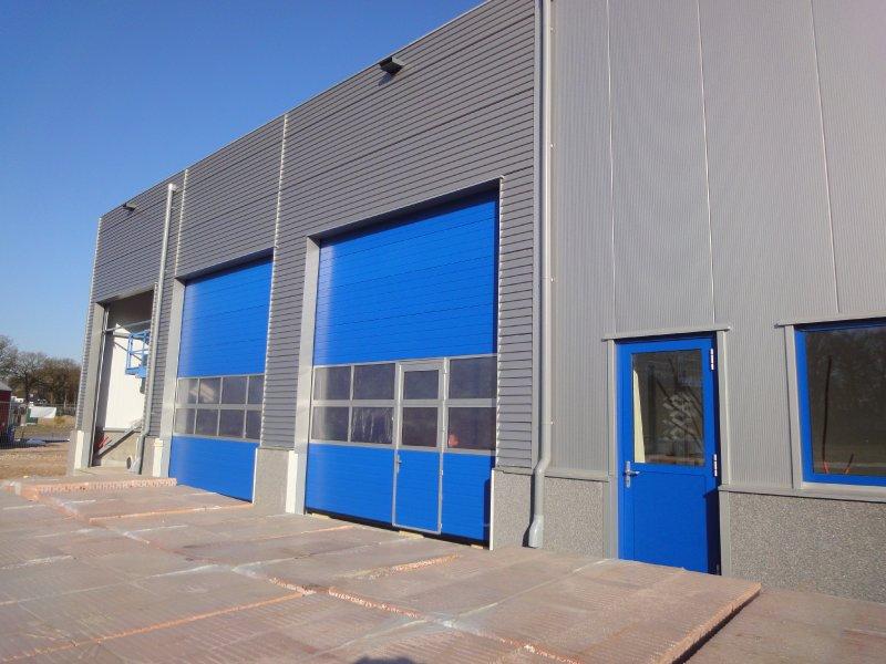 De blauwe deuren zijn van verre zichtbaar!
